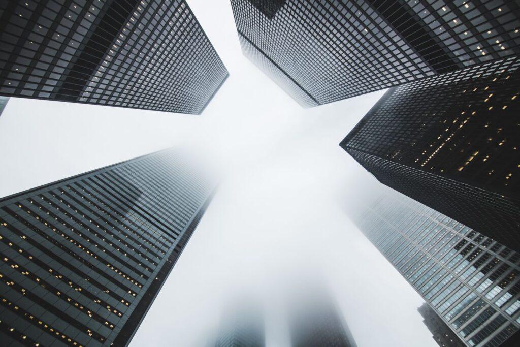 Hoge gebouwen in de mist